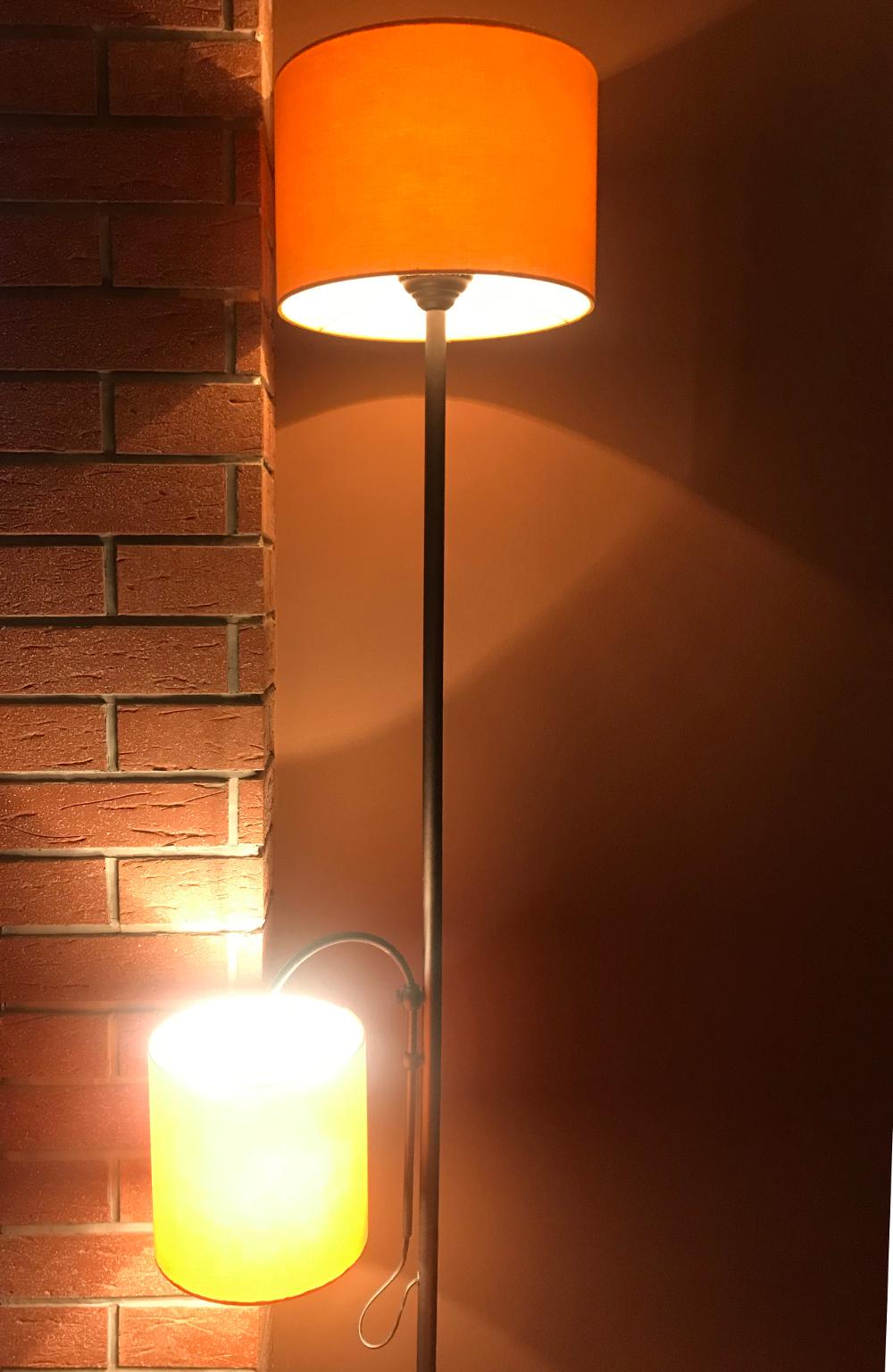 žluté stínidlo na lampu