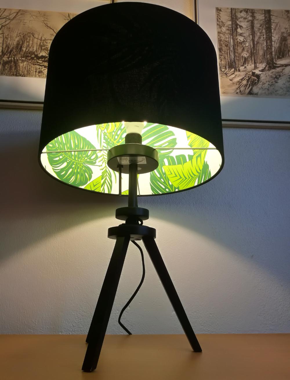 černý širm na lampu